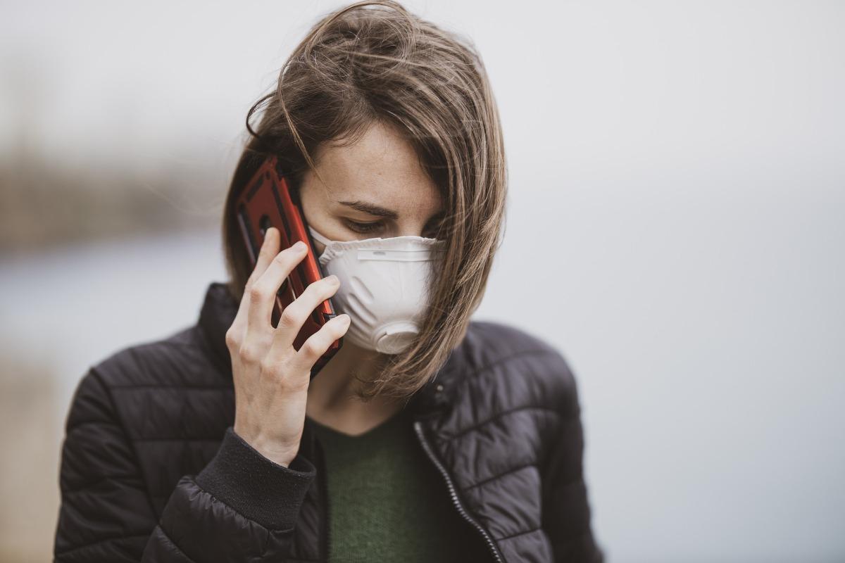 Exporta Online mujer de negocios con una mascarilla hablando por teléfono